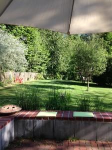 Blick von der zweiten Terrasse in den Garten